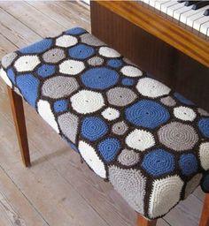 crochet circles - very striking Crochet World, Crochet Art, Love Crochet, Crochet Granny, Beautiful Crochet, Crochet Crafts, Crochet Patterns, Yarn Bombing, Crochet Pillows