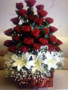 Basket of roses Valentine Flower Arrangements, Creative Flower Arrangements, Large Flower Arrangements, Ikebana, Altar Flowers, Pretty Flowers, Funeral Flowers, Floral Bouquets, Beautiful Roses