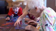 W zachodniej części Seattle powstał wyjątkowy kampus, który zrywa ze stereotypowym myśleniem o edukacji dzieci i opieką nad osobami starszymi. Jego niezwykłość polega na połączeniu pod jednym dachem przedszkolaków i seniorów. Zintegrowane Centrum Edukacji (bo tak nazywa się ta placówka) w Seattle to nowa forma ośrodka społecznego – połączenie przedszkola i domu spokojnej starości. Udowodniono, …