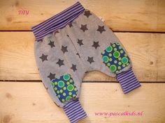 Maak je eigen kraamcadeautje! Deze stoere dubbelzijdige broek is in pakket te verkrijgen bij Pascal Kids.