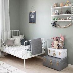 Kid's room storage - Aufgeräumt mit System: um schön wohnen zu können brauchen wir Platz und Ordnung und folglich auch ausreichend Stauraum und clevere sowie schöne Lösungen.