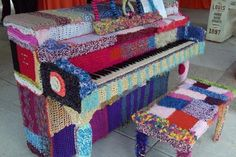 Fuente: http://www.melissamaddonnihaims.com/work/yarn-bombing/yarn-bombed-piano