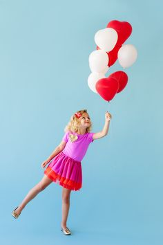 Add balloons to a simple outfit to create this cute Love is in the Air costume for kids or adults! Part of the 'Halloween Costumes with Balloons Series'. Halloween Party Drinks, Halloween Costumes For Girls, Vintage Halloween, Halloween Diy, Diy Couples Costumes, Game Costumes, Diy Costumes, Ballon Diy, Balloon Party