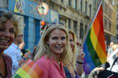 The Prime Minister of Denmark celebrating at Copenhagen Pride Parade today / @imgur | #dinamarques #gayerio #politiquerio