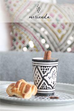 vaso de cerámica blanco y negro con motivos geométricos, pintado a mano por artesano de Marruecos. moroccan pottery. decoración marroquí
