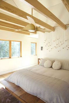 These modern ceiling fans are the best of the best. You can't go wrong with one of these spectacular ceiling fans. Here are our top 10 modern ceiling fans. Contemporary Bedroom, Modern Bedroom, Master Bedroom, Natural Bedroom, White Bedrooms, Contemporary Kitchens, Dream Bedroom, Bedroom Furniture, Bedroom Decor
