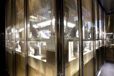 JOIERIA RABAT - La gioielleria Rabat che ha scelto come prodotto di design per tutte le sue vetrine la tipologia Liner, un prodotto lucido, prezioso ed intenso.  (More Info: http://m.ttmrossi.it)  #Design #Inspiration #TTMRossi #MetalDesign #Idea #IdeaDesign #Glass