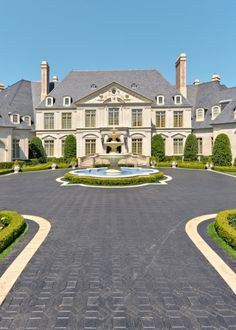 Dream house: Luxury home, the beautiful fountain is like the cherry on top!
