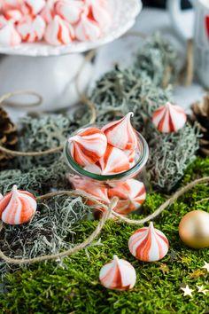 Ich liebe backen zur Weihnachtszeit! Es gibt einfach nichts schöneres, als am Wochenende in der Küche zu stehen um einen ganzen Haufen Plätzchen zu zaubern. Glücklicherweise bleibt dabei immer wieder Eiweiß über und was gäbe es da besseres als ein paar kleine Baiser zu zaubern? Vor allem so hübsche wie diese kleinen gestreiften Pfefferminz Baiser hier? Aber zuerst ein paar Worte zu einem kleinen Wichtelpaket, das mich letzte Woche erreichte ;)  Weihnachtliches Wichtelglück beim…
