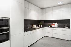 Cocina lacada blanca con porcelánico gris