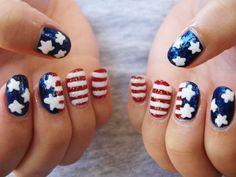 """""""La chica patriótica""""El 4 de julio nunca será el mismo con estas uñas de bandera. Lo mejor es que puedes hacerlo con cualquier país, pero debes tener mucha paciencia.Por Andi paint nails"""