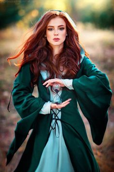 5 wavy red hair models that we have chosen for you! Redheads are so lucky! This hairstyle, which looks very cool and. Fantasy Inspiration, Character Inspiration, Creative Inspiration, Beautiful Redhead, Beautiful People, Fantasy Photography, Photography Tips, Medieval Fantasy, Medieval Girl