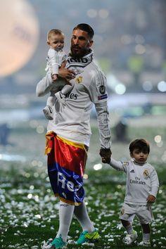football is my aesthetic Real Madrid Football Club, Real Madrid Players, Best Football Team, Football Memes, Kids Football, Soccer Couples, Soccer Guys, Football Players, Real Madrid Captain