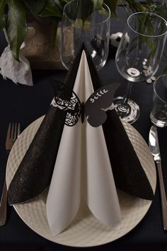 Easy Napkin Folding Table Decoration Ideas (beautiful napkins) for beginners Paper Napkin Folding, Table Etiquette, Deco Table Noel, Elegant Table Settings, Iris Folding, Christmas Table Settings, Decoration Table, Diy Paper, Holidays And Events