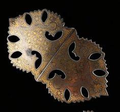 boucle de ceinture Très jolie boucle de ceinture en fer découpé, damasciné d'or Fer et or Iran ou Empire Moghol L: 12,5 cm