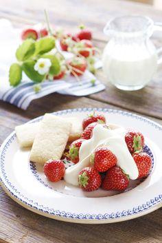 Irish food - Irish strawberries with cream and shortbread