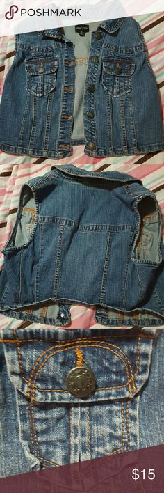 New Look denim vest Slightly cropped medium was denim vest. Super cute on and a Greta summer staple! Fits more as a m/l New Look Jackets & Coats Vests