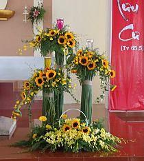Selecting The Flower Arrangement For Church Weddings – Bridezilla Flowers Sunflower Wedding Decorations, Church Wedding Flowers, Altar Flowers, Funeral Flowers, Flower Decorations, Modern Floral Arrangements, Creative Flower Arrangements, Funeral Flower Arrangements, Flower Centerpieces