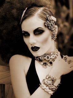 Machiajul anilor '20 Dramatic, mood, dark dark dark contour