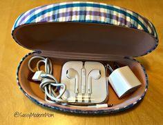 Use um estojo dos óculos de idade para manter o seu carregador de telefone e fones segura em sua bolsa.