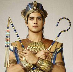 Avan Jogia, who plays pharaoh Tutankhamun in TV miniseries Tut, is intent on taking his career to the next level. Egyptian Costume, Egyptian Art, Egyptian Makeup, Cleopatra, Tut Movie, Ancient Romans, Ancient Egypt, Avan Jogia Tut, Egyptian Fashion