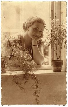 Sepia, Brown - Vintage Photograph - Woman at window ~ Beautiful composition and light. Images Vintage, Look Vintage, Vintage Pictures, Vintage Beauty, Old Pictures, Vintage Postcards, Old Photos, Vintage Ladies, Antique Photos