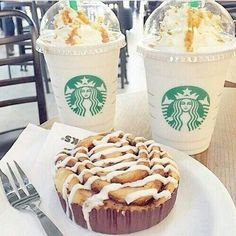 What starbucks is this? They must've brought their own cinnamon roll 😂 Starbucks Coffee, Starbucks Drinks, Coffee Drinks, Bebidas Do Starbucks, Starbucks Recipes, But First Coffee, Love Food, Delish, Sweet Tooth