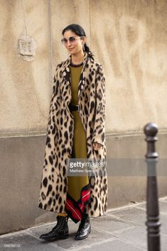 Street Style : Paris Fashion Week Womenswear Spring/Summer 2019 : Day Six Fashion Week, Paris Fashion, Trendy Fashion, Winter Fashion, Fashion Trends, Elle Fashion, Fashion Mode, Fashion Spring, Runway Fashion
