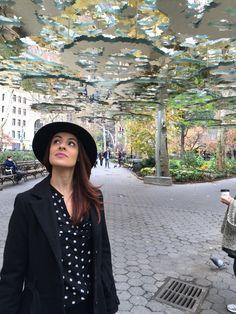 Euzinha babando na instalação repleta de cortes e espelhos de Teresita Fernandéz (Madison Square Park)