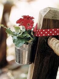 Daisy Decor Galvanized buckets with red gerbera daisies brighten up wooden posts. Read more: Party Decoration Ideas - Summer Party Ideas - Country Living Anniversary Boyfriend, First Anniversary, Outdoor Parties, Outdoor Entertaining, Outdoor Weddings, Deco Table, Summer Parties, Garden Parties, Party Planning