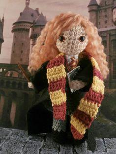 Hermione Granger Amigurumi Harry Potter Moñacos, cosicas y meriendacenas Harry Potter Hermione Granger, Ginny Weasley, Harry Potter Crochet, Harry Potter Diy, Crochet Geek, Cute Crochet, Knitted Dolls, Crochet Dolls, Peluche Harry Potter