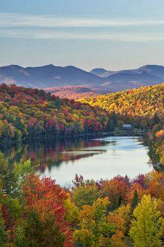 Lac Balfour avec les hauts sommets des Adirondacks au nord en automne.