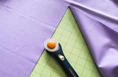cutting fabric for washable face masks Small Sewing Projects, Sewing Projects For Beginners, Sewing Hacks, Sewing Tutorials, Easy Face Masks, Homemade Face Masks, Diy Face Mask, Crochet Mask, Easy Sewing Patterns