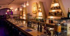 Dove Mangiare a Firenze: La Chouette Brasserie Piazza Nazzario Sauro 4/R FIRENZE Tel. +39 055 6587238  Cucina che spazia dalla fusion italiana a quella francese.  Un mix ben amalgamato che propone nel menù pietanze sempre fresche e mai scontate!!!  Ottime le LINGUINE ALLA COLATURA DI ALICI DI CETARA O IL CONIGLIO ALLA PROVENZALE.  Buona anche la carta vini con dei buoni champagne. La parte dolce minimalista ma con prodotti di stagione.