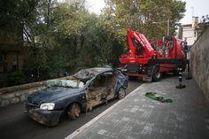 La grua s'emporta el cotxe que es va endur la riada i va causar la mort del conductor.