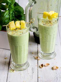 Basilikum-Ananas-Smoothie Es muss ja nicht immer etwas zum Essen sein. In dem schnell zusammengemixten Smoothie mit Ananas, Joghurt, Leinsamen, Honig und Pistazien sorgt Basilikum auch im Glas für gute Laune.