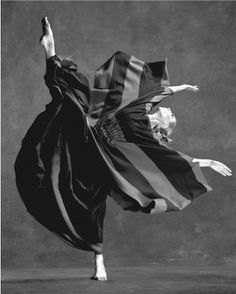 A dancer from the Martha Graham Dance Company. Graham was a Pioneer of Modern Dance Martha Graham, Dance Images, Dance Photos, Shall We Dance, Lets Dance, Modern Dance, Contemporary Dance, Tango, Burlesque