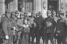 1937年12月16日。たつた一人の父親が支那軍に拉致されてしまつてから天蓋孤独兒となつたこの支那少年は、親切にされた日本兵に傍を離れやうともせず、迫撃砲の炸裂する戰争を崑山から遥々南京へ隋いて來たのである