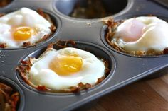 Egg and cheese hash brown nests. Bake the hashbrowns until cooked through, Then Broil to a crispy pile of perfection. Remove mufin pan from oven and then crack your egg on your crispy hash pile. Omelettes, Breakfast Bites, Breakfast Recipes, Tortillas, Yummy Eats, Yummy Food, Hash Brown Cups, Eggs In A Basket, Cheesy Hashbrowns