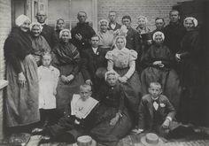 Bruidspaar Van der Toorn met familie, in Scheveningse streekdracht. De bruid draagt een sierlijk opgetuigde muts. 1910 #ZuidHolland #Scheveningen