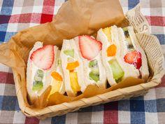"""京都・四条大宮の老舗フルーツパーラー「ヤオイソ」。ここには長年地元の人に愛される絶品の""""フルーツサンド""""があります。かなり大きく切られたフルーツがゴロッとサンドされ、生クリームとの絶妙なハーモニーを生み出しているんです♡「フルーツパーラーのフルーツサンド」を、ぜひヤオイソでお楽しみあれ。"""