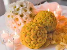 Decoración para boda con velas y esferas de flores
