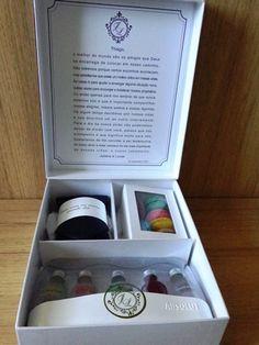 Lembrança para os padrinhos: Kit de Mini Absolut Vodka, macarons e gravata para usar no dia do casamento.