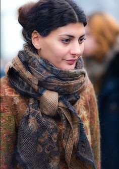 i like how she tied the scarf.. Never thought to do it like that before
