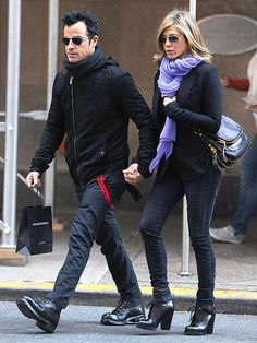Jennifer Aniston and Justin Theroux Engaged, Photos Identical aviators, matching fedoras, his-and-hers leather jackets. Jennifer Aniston and Justin Theroux are a matchy-matchy match made in heaven Jennifer Aniston Style, Jenifer Aniston, Fall Outfits, Casual Outfits, Fashion Outfits, Men's Fashion, Jen And Justin, Stylish Couple, Stylish Man