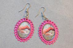 Earrings made of ornate oval-shaped frames and pictures of flamingos. http://www.minka.fi/korvakorut-kehyskorvakorut-c-36_104.html