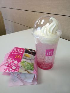 I had to go to a class today, so I stopped by McDonald's to get some seasonal sakura snacks. Cute Snacks, Cute Desserts, Japanese Candy, Japanese Food, Snacks Japonais, Yummy Drinks, Yummy Food, Asian Snacks, Pink Foods