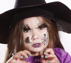 Trucco da strega per Halloween con decorazioni horror