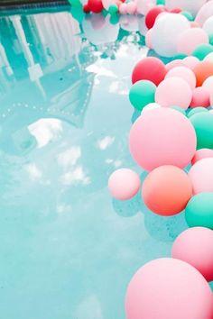 Ballons décoratifs dans une piscine