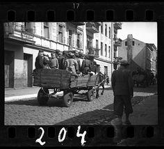 Ross-lodz3-«Cette photo est absolument tragique. Seul un enfant fixe l'objectif. Il semble effrayé. Pour les nazis, les enfants et les personnes âgées n'étaient d'aucune utilité en terme de productivité. Les nazis exigèrent que 20 000 enfants soient déportés du ghetto. En septembre 1942, on se souvient du tristement célèbre discours du chef du conseil juif du ghetto, Chaim Rumkowski, 'Donnez-moi vos enfants !', qui exhortait les parents à les sacrifier pour le bien du plus grand nombre.»
